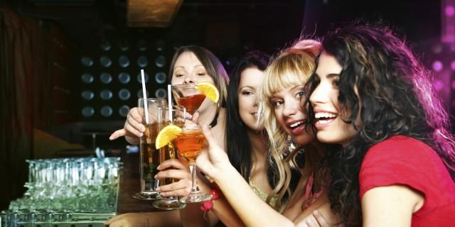 donne che bevono alcol