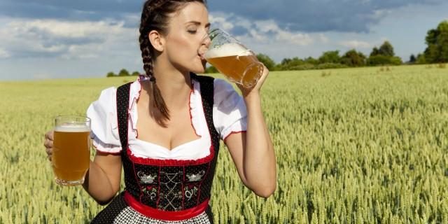 La birra si fa rosa: le donne la preferiscono al vino!
