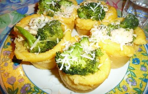 Cestini di polenta con straccetti di pollo e broccoli