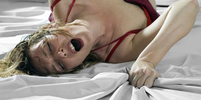 donna-prova-piacere-a-letto-orgasmo