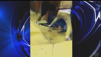 Un gruppo di ragazze picchia una donna disabile, ecco il VIDEO finito su Facebook