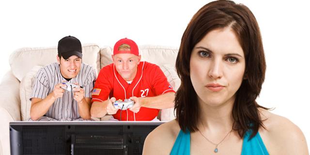 ragazzi-giocano-videogiochi-fidanzata-spazientita
