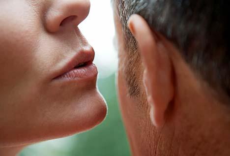 La voce della donna cambia in alcuni giorni del mese. Perché?