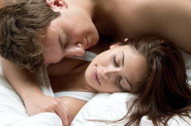 Per rendere felice una donna bastano due ore di coccole al - Giochi di baci sul letto ...