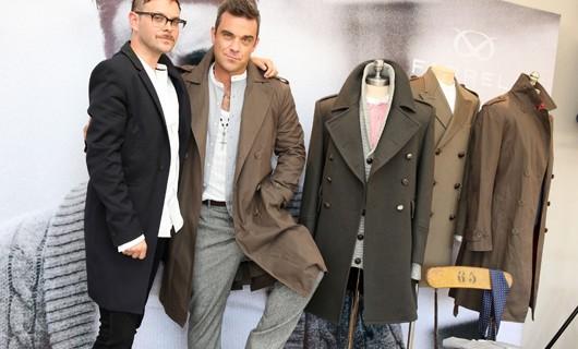 Robbie Williams a Milano, presenta Farrel e canticchia Britney Spears.