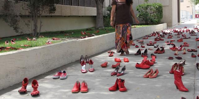 Scarpe rosse per la a Giornata Internazionale contro la violenza sulle donne