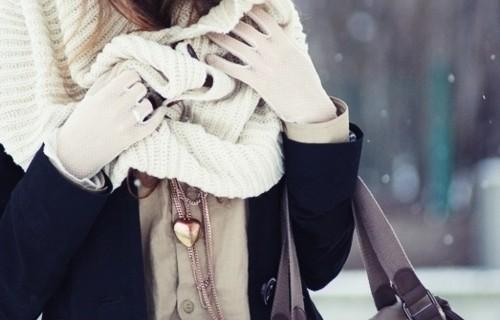 Sciarpe, stole e colli per coprirsi con stile nonostante le temperature polari.