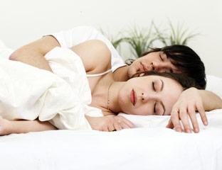 Ditemi come dormite e vi dirò che coppia siete.