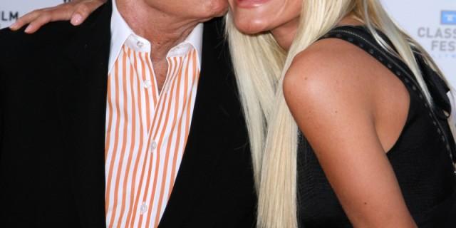 Il magnate di Playboy ha detto ancora si! Hugh Hefner risposa una giovane coniglietta.