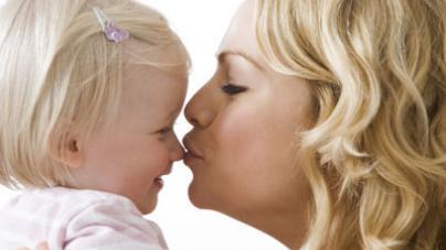 Baci in bocca ai bambini non sono un reato