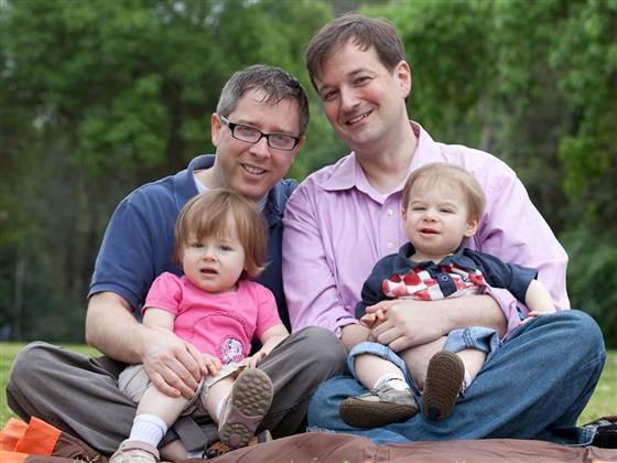 Genitori omosessuali e genitori etero: nessuna differenza