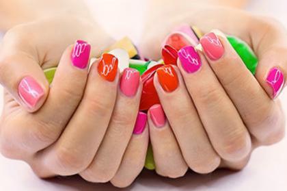 Manicure con gel e raggi UV può provocare il cancro