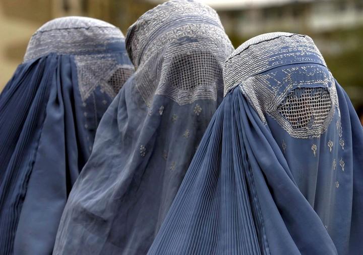 """Il Canton Ticino, in Svizzera, dice """"No"""" al burqa: Amnesty International contraria al provvedimento"""