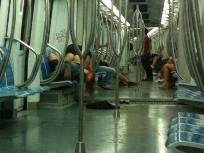 Sesso sulla metro a roma la foto fa il giro del web foto roba da donne - Fare sesso sul letto ...