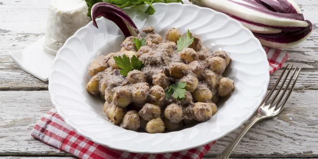 Gnocchi con radicchio, crema di zucca e noci. L'autunno nel piatto