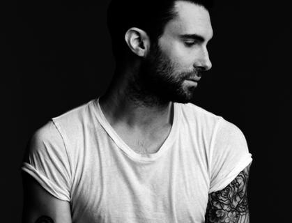Adam Levine dei Maroon 5: ufficialmente fidanzato. Presto sposerà la sua modella.