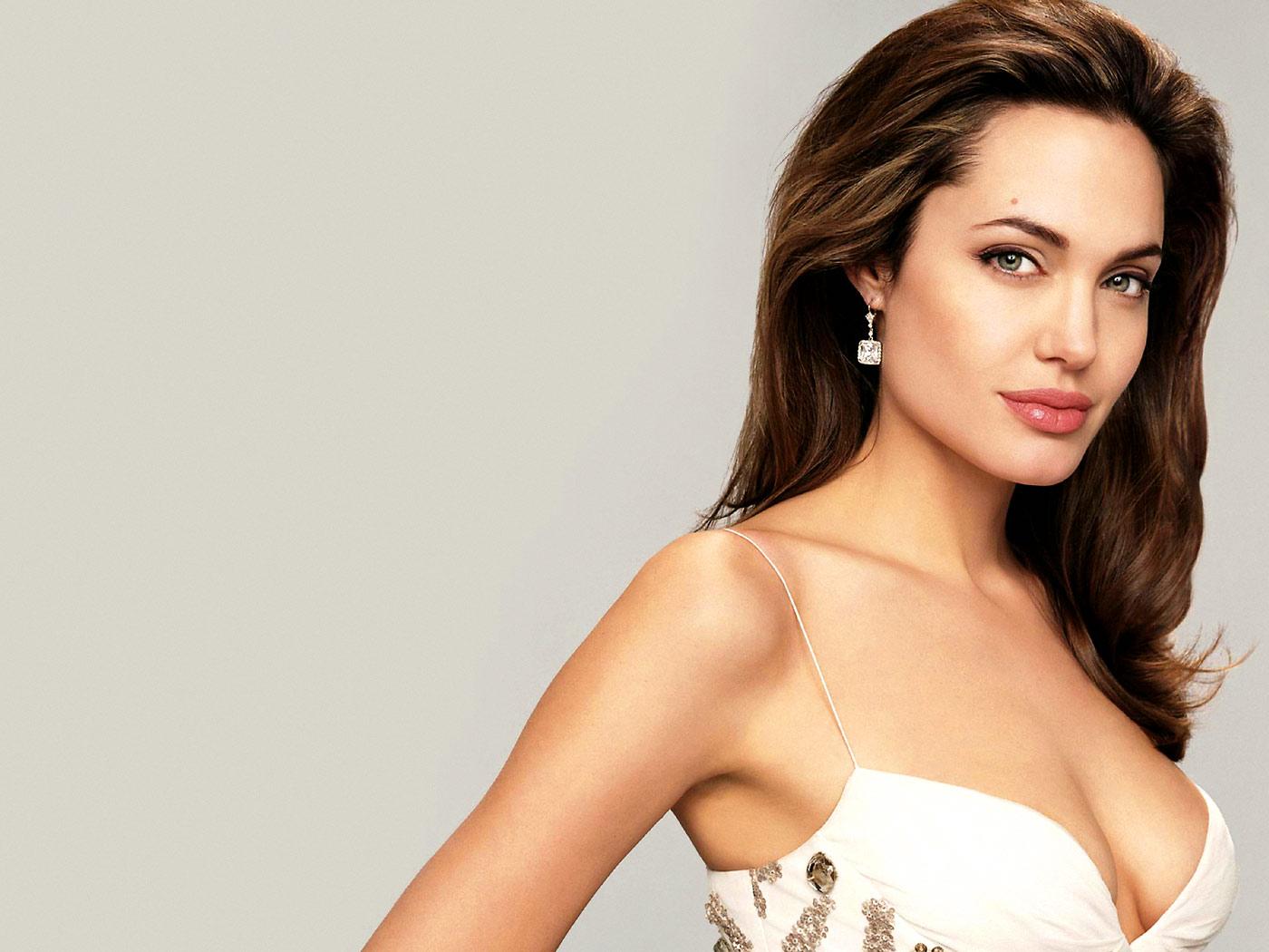 """Angelina Jolie shock: """"Ho fatto rimuovere i miei seni. Rischiavo tumore al seno"""""""