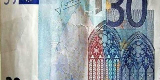 Paga con una banconota da 30 euro: gli danno il resto