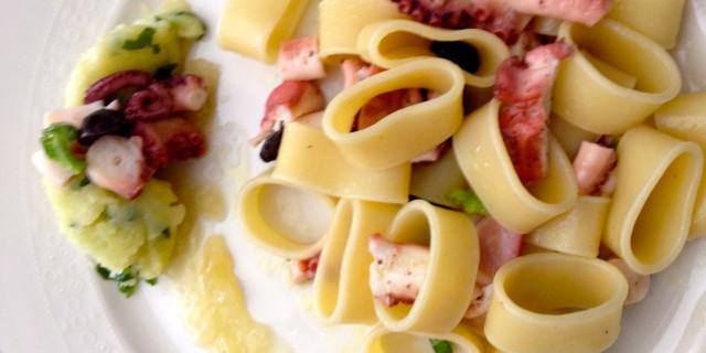 Calamarata di polipo con crema di cipolle e quenelle di patate.