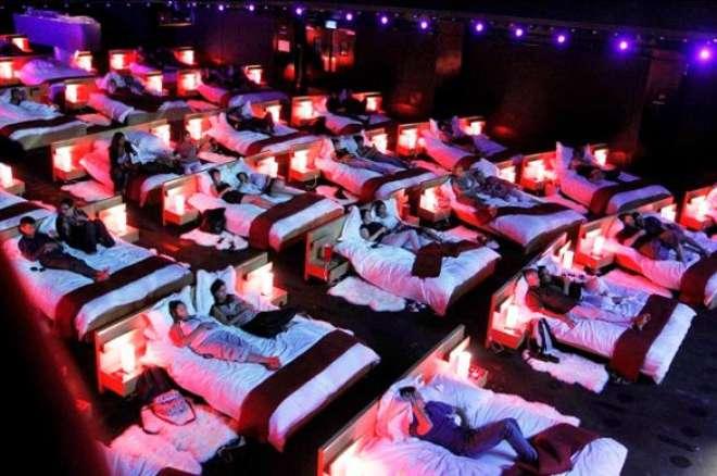 Cinema: addio alle poltrone, arriva il letto matrimoniale in sala