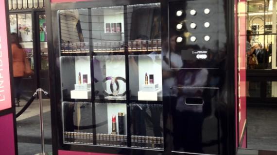 Un distributore automatico di mascara Chanel. Dove? Da Selfridge a Londra!