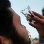 La novità dell'estate: alcool negli occhi con l'Eyeballing