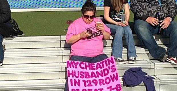 Moglie tradita smaschera il marito allo stadio