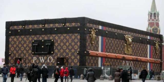 Piazza Rossa: Maxi valigia di Louis Vuitton. Polemiche in Russia.