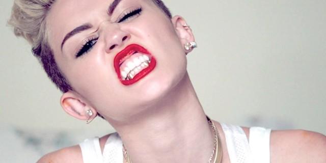 Miley Cyrus e lo scandalo natalizio: gli auguri in topless su Twitter [FOTO]