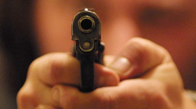 Mamma punta una pistola contro il figlio e la foto finisce sul web.