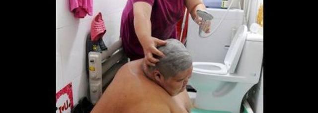 Xiao, troppo grasso per la doccia: lavato da una squadra di pompieri [FOTO]