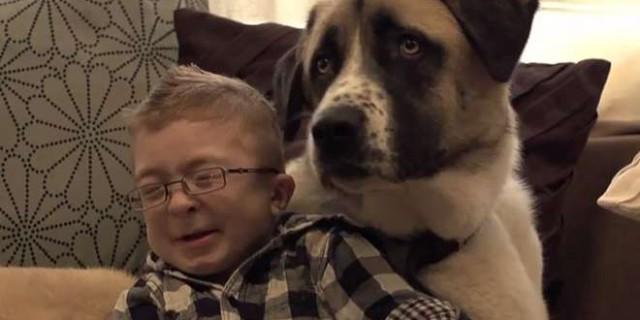 Cane a tre zampe aiuta bambino disabile ad affrontare il mondo