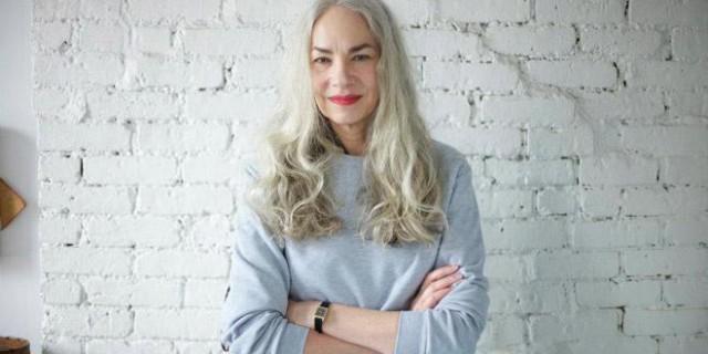 Modella 62 enne: sexy e attraente anche con i capelli grigi.