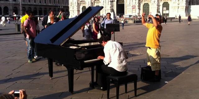 """Il pianista """"fuori posto"""" che incanta le piazze italiane [VIDEO]"""