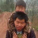 30km a piedi ogni giorno per portare il figlio disabile a scuola