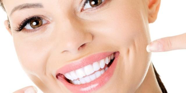8 Trucchi Per Avere I Denti Più Bianchi (O Farli Sembrare Tali, Senza Rovinarli)