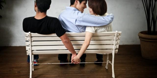 Intervista doppia ad un Uomo e una Donna che Tradiscono