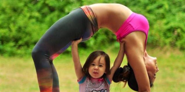 Le Foto Della Mamma Che Fa Yoga Con La Figlia Fanno Impazzire Il Web