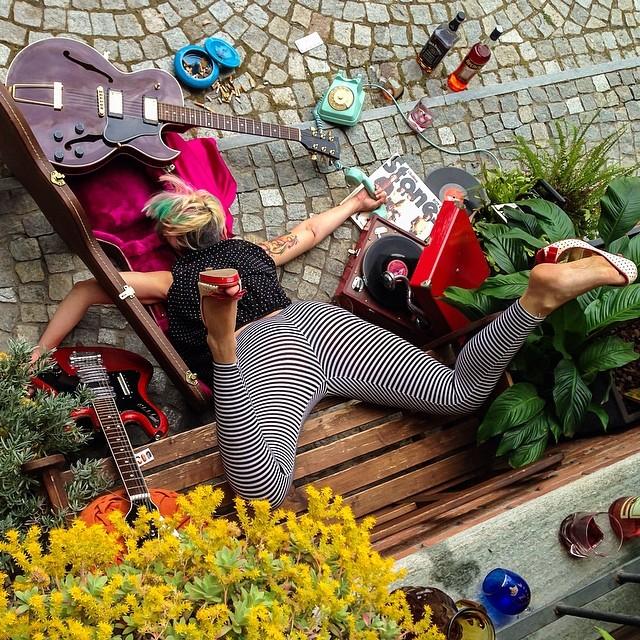 cantane con chitarra caduta dalla panchina