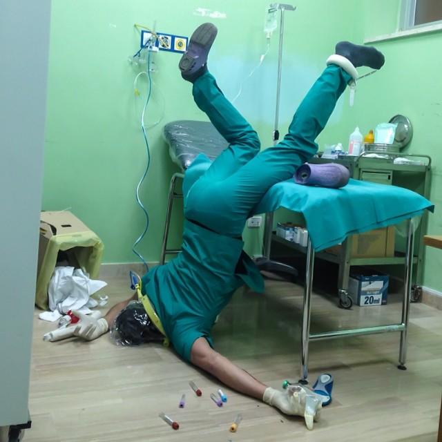 dottore cade dal lettino