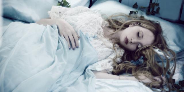 Legare i capelli ricci per dormire