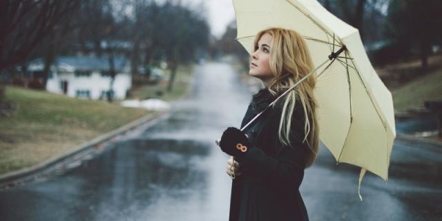 Bella Sotto L'Ombrello: Consigli Fashion Per Vestirsi Con La Pioggia