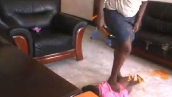 Tata Picchia e Calpesta Bimba di 2 Anni: la reazione del Padre [VIDEO]