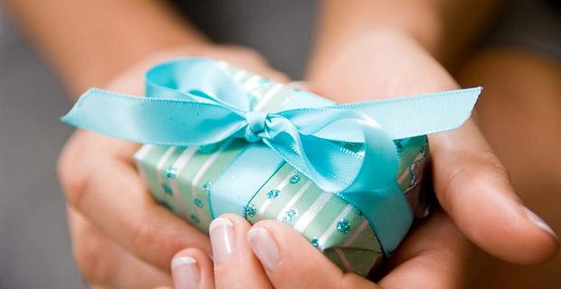 Come riciclare i regali di natale che non ti piacciono senza essere scoperti