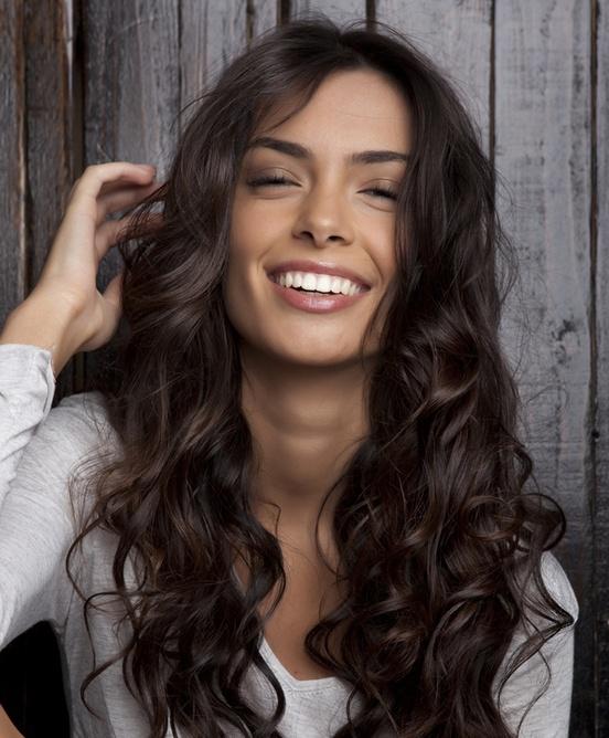 Tagli di capelli ricci per viso ovale