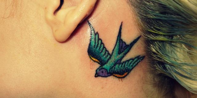 tatuaggio dietro l'orecchio dolore
