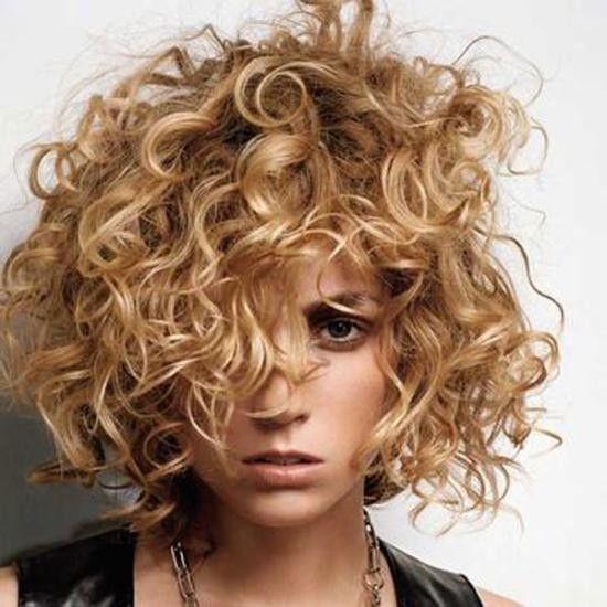 Tagli capelli ricci corti dietro e lunghi davanti
