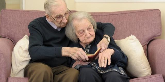 Lei Perde la Memoria, Lui le Legge Tutti i Giorni il Diario del Loro Amore