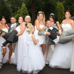 Due Sposi e Dieci Damigelle: Tutte Vestite con Abiti da Sposa. Ecco il Motivo