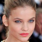 Il Trucco Ideale per gli Occhi Azzurri in base al Colore dei Capelli